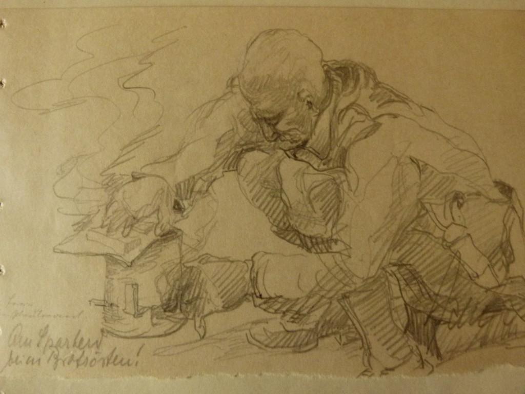 """Kriegsgefangene funktionierten Konservendosen zu  Öfen um, Zeichnung R. Kluge, """"Der Herr Oberstleut- nant beim Brotrösten"""", Bretzenheim 1945, Quelle: Dokumentationszentrum Bretzenheim"""