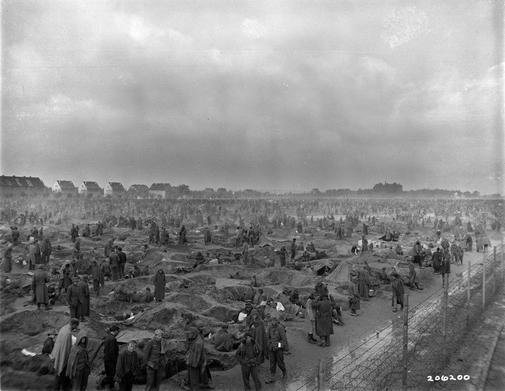 Kriegsgefangene im Lager Rheinberg gruben sich als Schutz vor den Witterungen Löcher in die Erde. Fotografie der US-Armee, 3. März 1945. Quelle: National Archives Washington, DC.