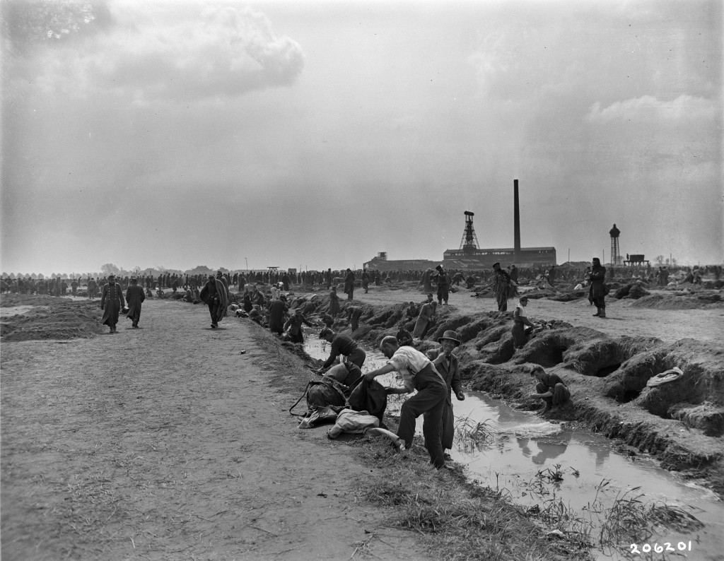 In der ersten Zeit gab es kein fließendes Wasser in den Kriegsgefangenenlagern. Die Gefangenen in Büderich nutzten einen schmalen Bach, um sich darin zu waschen und zu rasieren. Fotografie der US-Armee aus dem Lager Büderich, 3. März 1945. Quelle: National Archives Washington, DC.