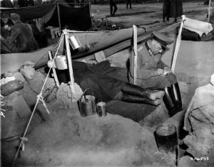 Tagebuch schreiben, zeichnen oder schlafen waren Möglichkeiten, die Zeit im Lager zu füllen. Fotografie der US-Armee aus dem Lager Ludwigshafen-Rheingönheim, 28. Mai 1945. Quelle: National Archives Washington, DC.